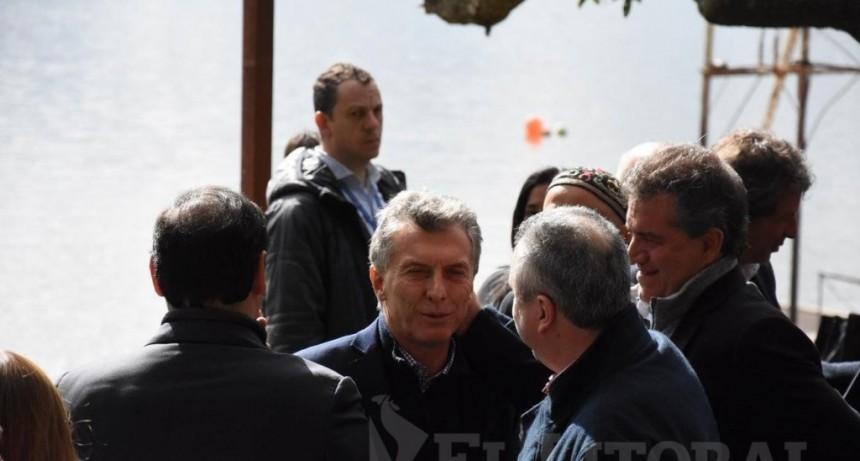 Macri volvió a Corrientes, hizo anuncios millonarios y se confundió de Gustavo