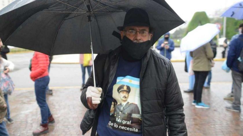 Los anticuarentena marcharon con barbijos, fotos de Videla y la bandera argentina