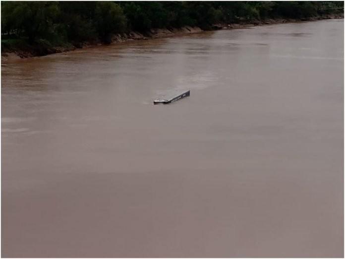 Impactante: un camión perdió el control y cayó a las aguas del Río Bermejo