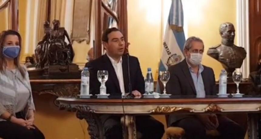 Valdés anunció créditos de $50 mil a tasa cero para que los docentes compren computadoras