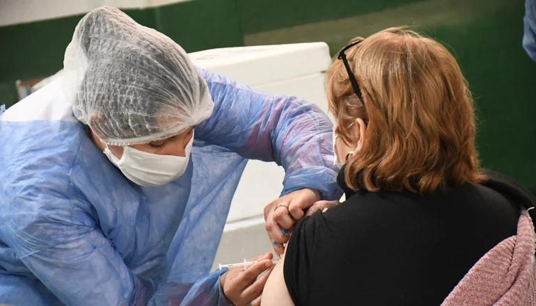 Arriban 19.200 dosis de Sinopharm y hoy dan turnos a mayores de 35 años
