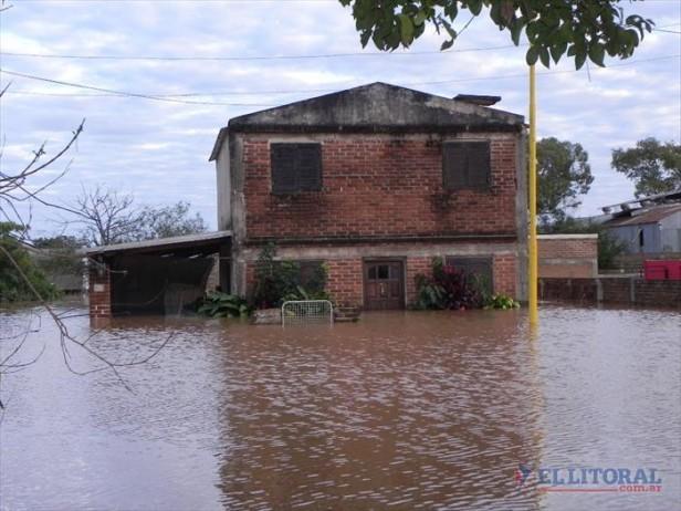 Santo Tomé continúa aislada por el agua y recibe ayuda a través de un puente aéreo