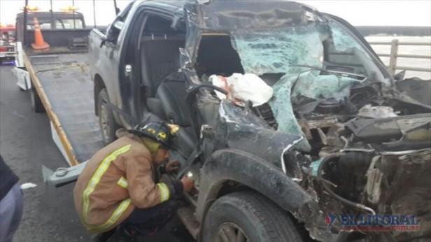 Puente: un muerto y un herido grave tras brutal choque entre camioneta y camión