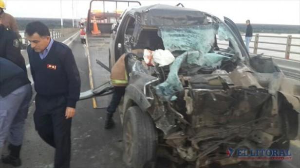 Choque fatal sobre el puente: sigue grave el chofer de la camioneta