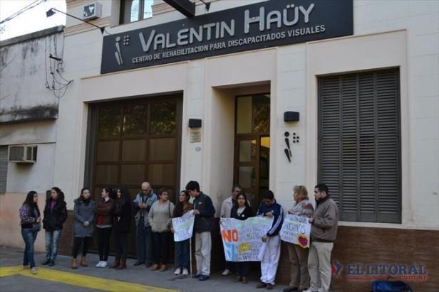 Manifestación frente al Haüy exigió que la directora se mantenga en el cargo