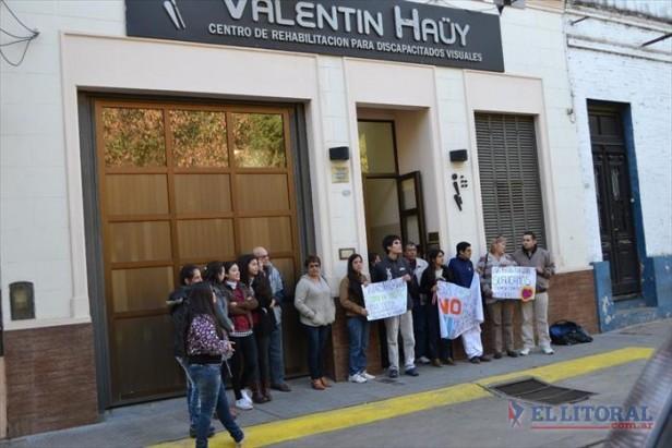 Tutores del Haüy juntaron más de 150 firmas en dos horas en apoyo a la actual directora