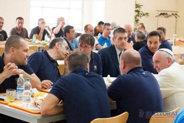 Otro gesto de Francisco: compartió almuerzo con empleados del Vaticano