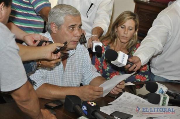 Anuncian aumentos salariales y regularización laboral para municipales