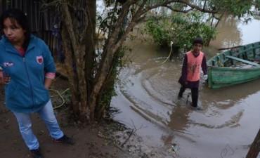 En La Tosquera la gente resiste la crecida del río y pide asistencia con agua potable