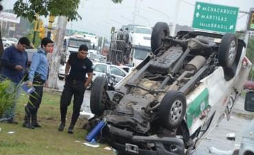 Vuelco de la ambulancia: falleció la conductora del auto y uno de los bebés