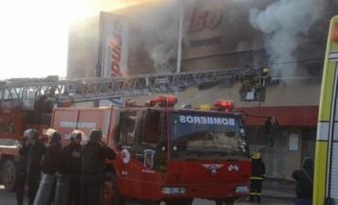 Voraz incendio destruyó depósito en el supermercado Impulso de Ferré