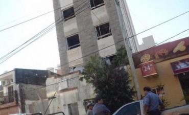 En montacargas, dos obreros cayeron desde el cuarto piso de un edificio
