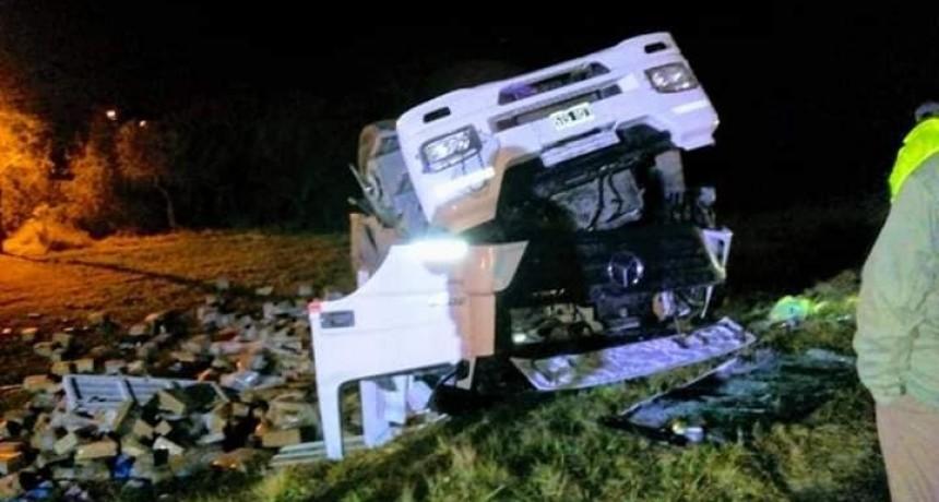 Murió un camionero tras un impactante vuelco ocurrido en acceso a San Cayetano