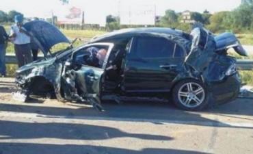 Intentaron adelantarse a un camión y chocaron de frente: una mujer muerta