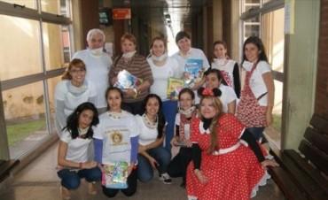 Día del Niño: junto a la Fundación, la mamá de Renzo entregó juguetes en el Hospital Pediátrico