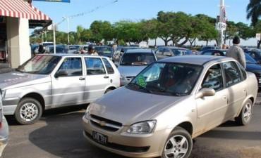 A punta de pistola, pasajeros asaltaron a un remisero y le robaron el automóvil