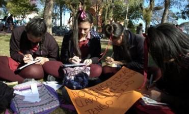 En plazas, con libros y rayuelas, alumnos del Secundario recordaron a Cortázar