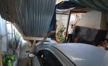Materiales de construcción de un edificio cayeron al patio de una vivienda vecina