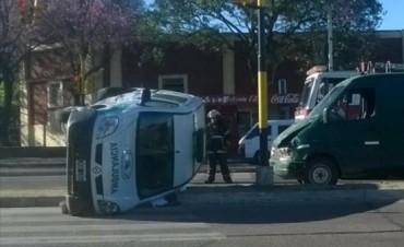 Volcó una ambulancia en la avenida 3 de Abril