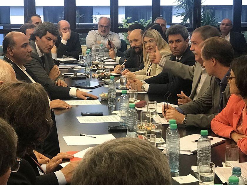 Colombi se mostró junto a gobernadores del PJ que cuestionaron a Macri
