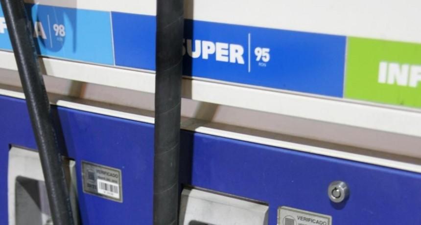 Llenar el tanque con súper es más caro de lo que hace tres meses costaba con premium