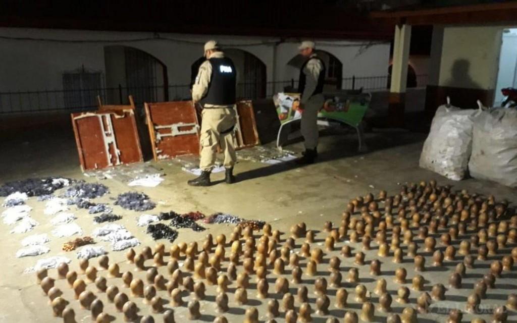 Paso de los Libres: incautaron más de 55 kilos de marihuana ocultos en mesas plegables