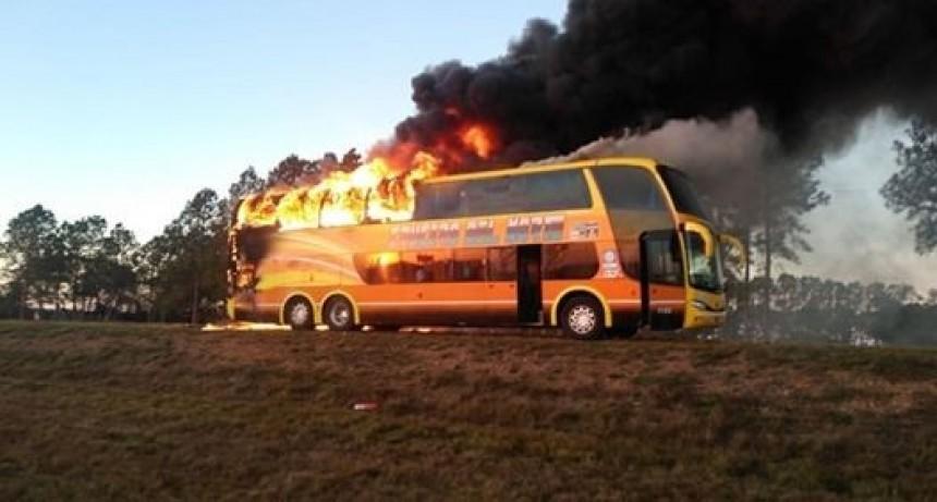 Se incendió un colectivo de Crucero del Norte que ingresaba a Yapeyú