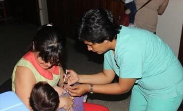 Vacunan a los niños contra la rubéola, el sarampión y la polio