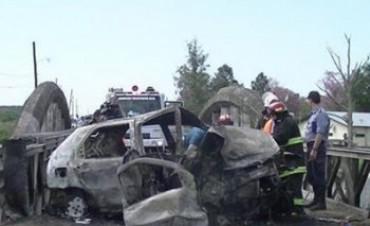 Murió un hombre en el incendio de un automóvil que chocó contra un puente