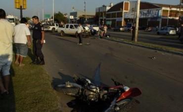 Motociclista en grave estado al chocar con una camioneta en avenida Independencia