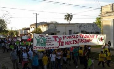 Jóvenes y adultos marcharon contra las adicciones en La Cruz