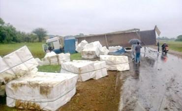 Vuelco de un camión en Ramada Paso provocó un extenso corte de tránsito