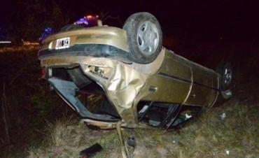 Mercedes: tres heridos en despiste y vuelco de un auto