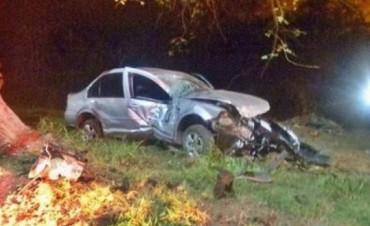Goya: tremendo choque de un auto contra un árbol dejó cinco jóvenes heridos