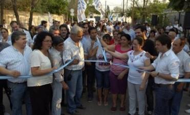 Acompañado por los candidatos, Fabián Ríos inauguró obras de pavimento en el Víctor Colas