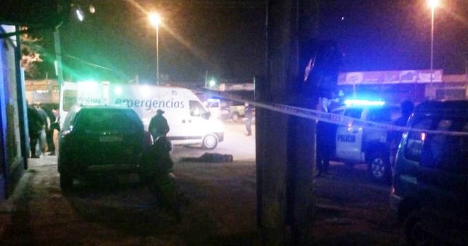Dos ladrones y un policía muertos en robo a súper chino