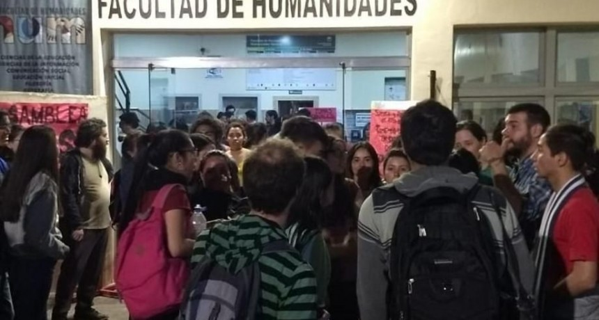 Estudiantes tomaron la Facultad de Humanidades de la UNNE