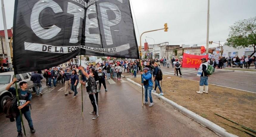 Organizaciones sociales y sindicatos llevaron el reclamo al Puente