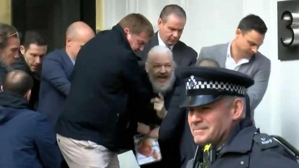 Esposado, desnudo y encerrado en una caja de cristal, Julián Assange enfrenta su juicio de extradición