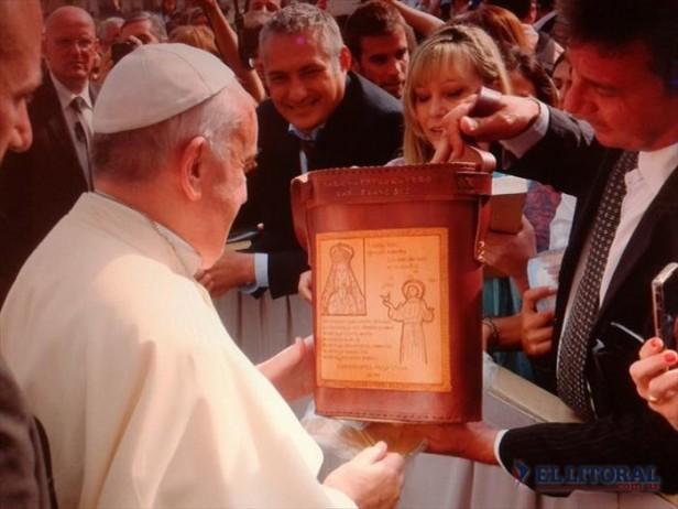 Grupo de artesanos correntinos con la bendición del Papa