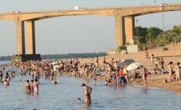 Por las altas temperaturas, la gente se vuelca a las playas a pesar de la falta de habilitación