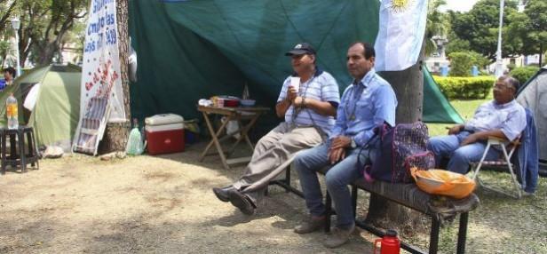 Se multiplica el apoyo al acampe de los policías retirados en plaza 25 de Mayo