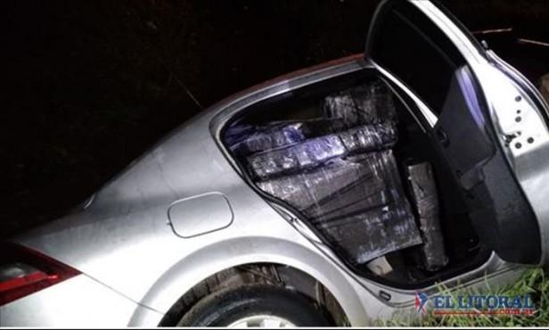 En persecución policial volcó un auto que transportaba 485 kilos de droga