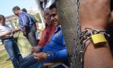 Policías retirados continúan instalados frente a Casa de Gobierno y analizan sumar medidas
