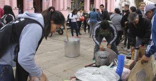 Organizaron una olla popular frente a la Casa de Gobierno por alimentos y trabajo