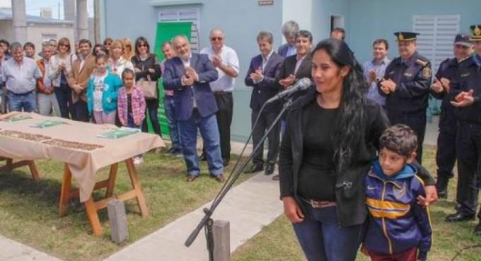 Colombi entregó 50 casas y estrenó calles asfaltadas