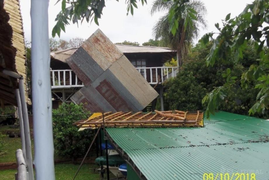 Bella Vista: fuertes vientos provocaron voladura de techo, rotura de quincho y otros daños