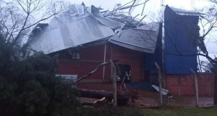 Temporal en Corrientes: volaron el tinglado de una escuela y los techos de dos casas