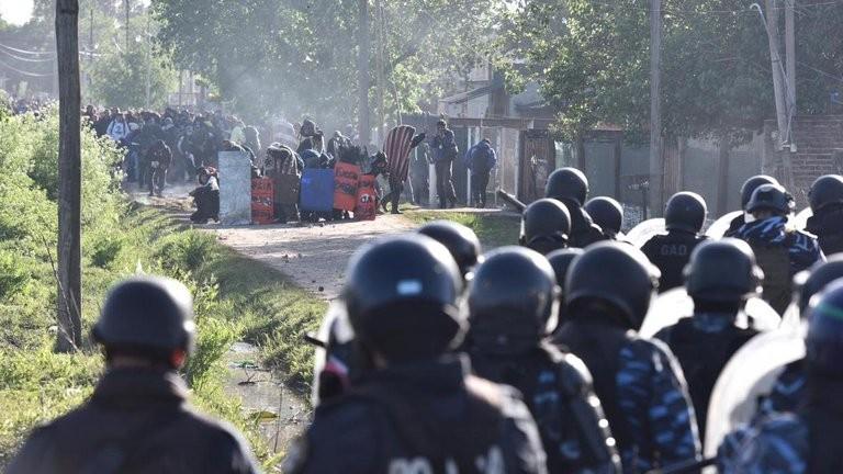 La policía desalojó la toma de Guernica: hubo incidentes y 35 detenidos