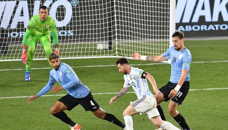 Argentina goleó a Uruguay en el Monumental y se acerca a Qatar